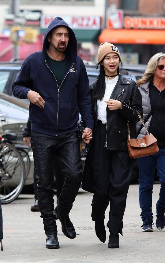Nicolas Cage se novým vztahem s Riko Shibatou netají.