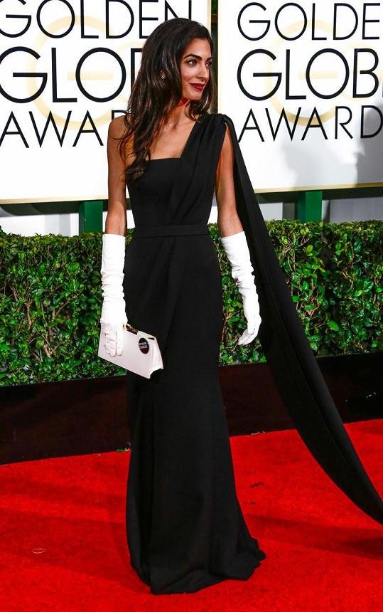 Manželka George Clooneyho Amal Clooney (dříve Alamuddin) zvolila černou róbu od Diora a šperky Harry Winston. Vše si dovolila odvážně doplnit dlouhými bílými rukavičkami. Svou Dior kabelku si na podporu francouzského magazínu Charlie Hebdo probodla odznáčkem.