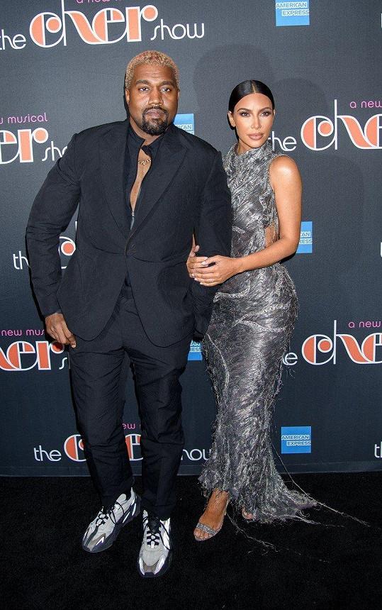 Její manžel Kanye West pro změnu celé představení civěl do telefonu.