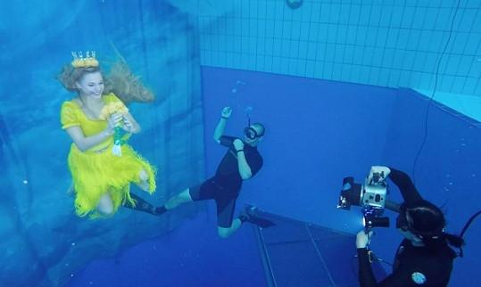V akci pod vodou