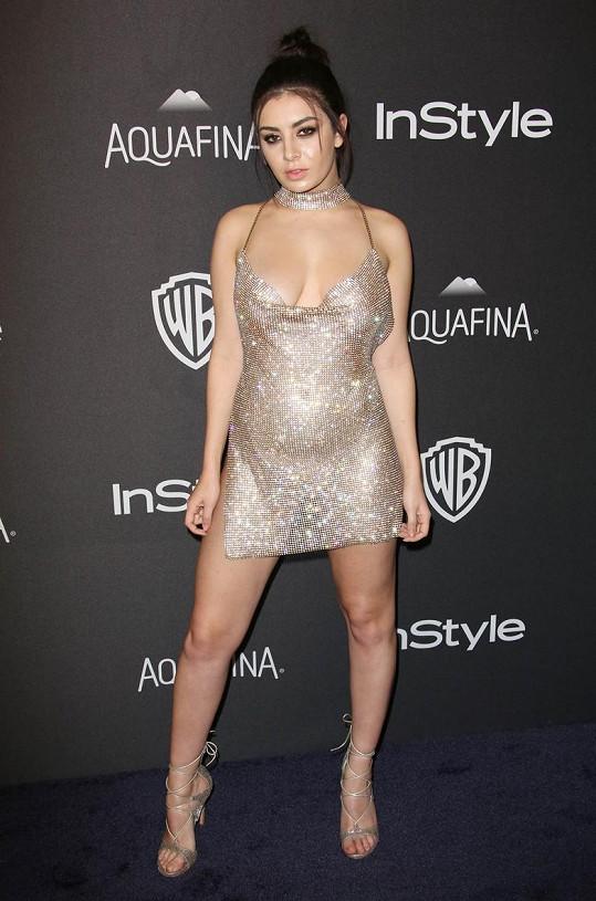 Charli XCX si pod šaty nevzala kalhotky ani podprsenku.