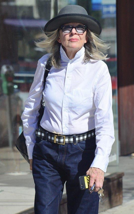 Diane Keaton bez klobouku nevyráží ven.