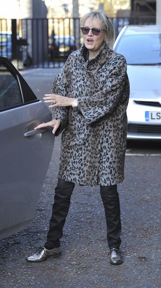 Kabát na slavné bývalé modelce plandá.