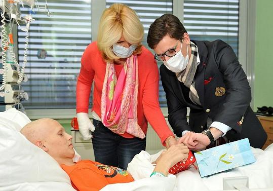 Jan Fischer mladší přinesl dárek nemocnému chlapci.