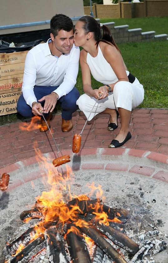 Se snoubencem na grill párty opékali buřty.