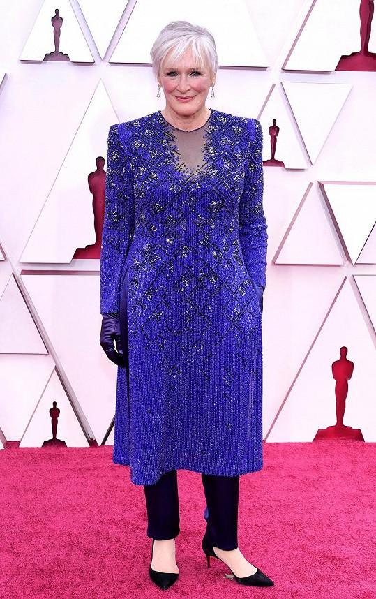 Oblékla outfit od Armaniho.