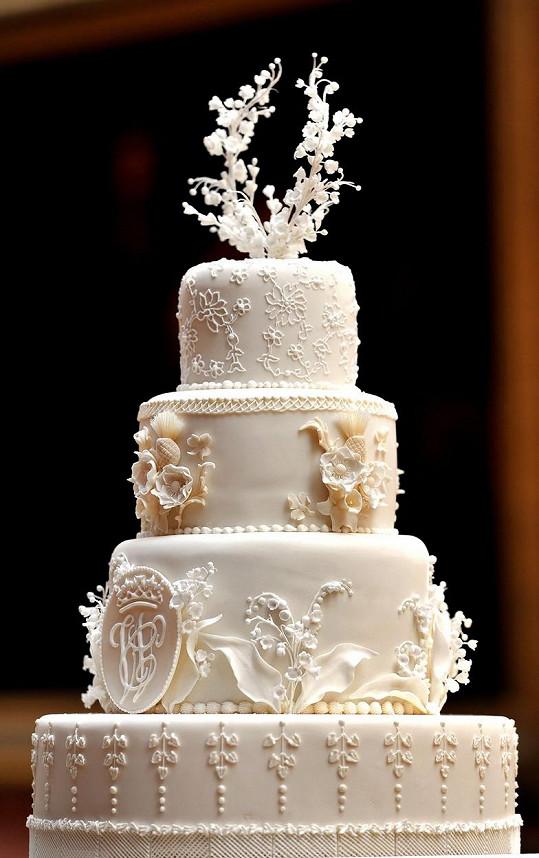 Tradiční královský svatební dort s ovocem