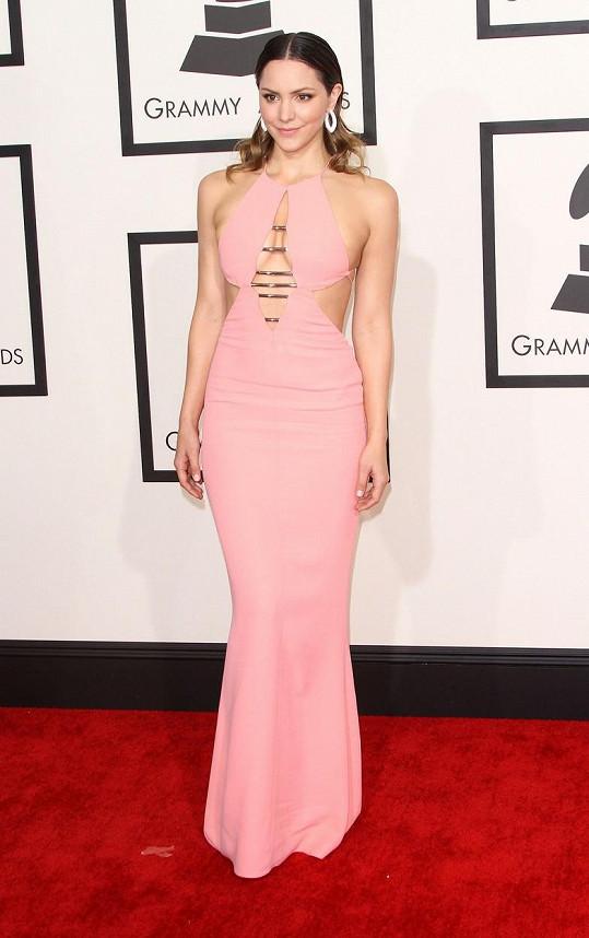 Katharine McPhee se podařilo prodat své křivky v růžovém modelu, jehož rafinovaně sestříhané panely spínaly kovové pruty.