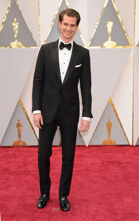 Podrobně si nastudujte tento snímek Andrewa Garfielda v obleku od Toma Forda, a když se budete příště chystat do společnosti, tak jeho styl okopírujte. Budete za hvězdu.