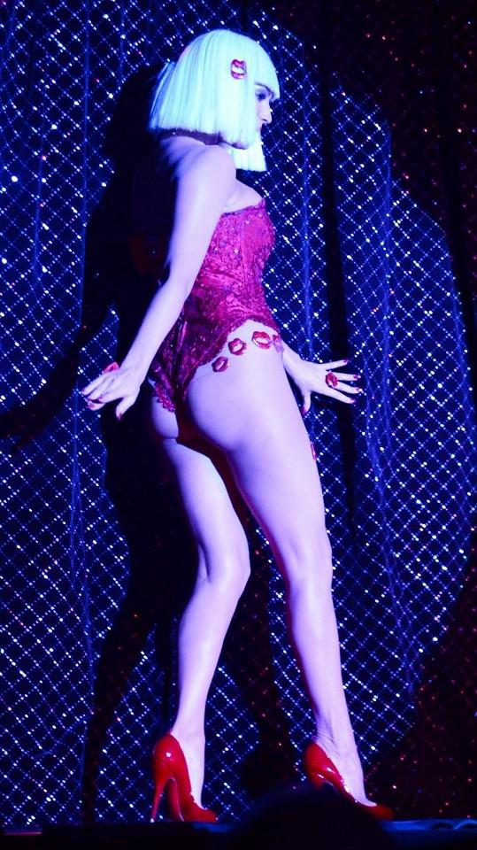 Kelly Brook při otevíračce kabaretu Forever Crazy v Londýně.