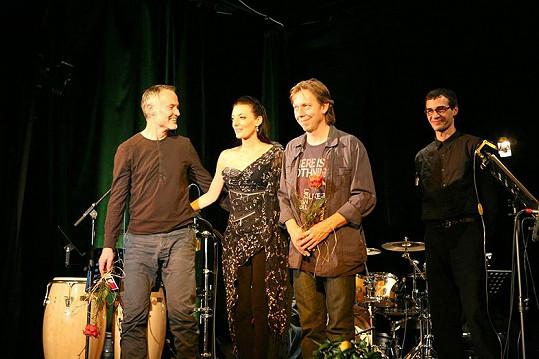 Dasha s bývalým partnerem (po jejím levém boku) i novým přítelem (úplně vpravo)