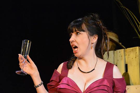 Nela Boudová ohromí bujným dekoltem v divadelní hře Úhlavní přátelé.