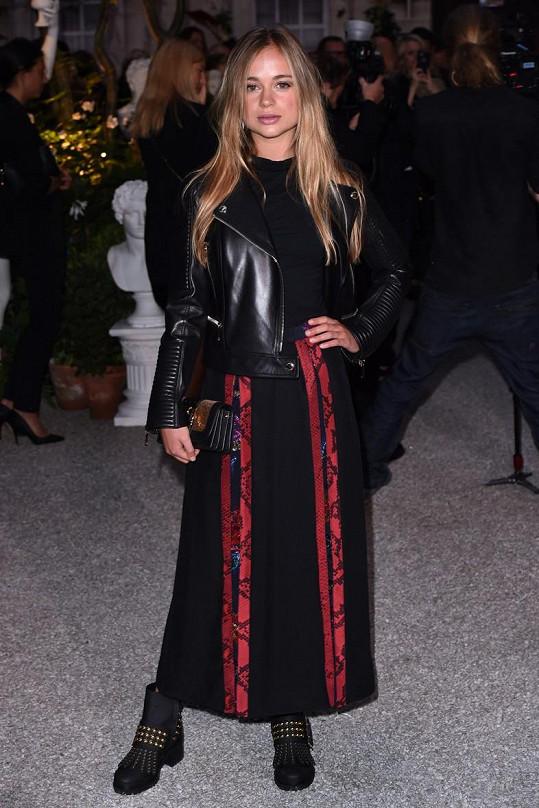 Amelia módu zbožňuje, takhle vyrazila loni během londýnského týdne módy na přehlídku Burberry.