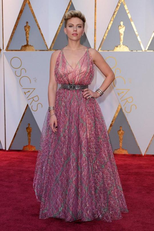 Obvyklá vítězka žebříčků módní policie Scarlett Johansson si tentokrát potlesk nezaslouží. Šaty z růžové a šedé vzorované průsvitné látky byly zničeny přidáním robustního stříbrného pásu.