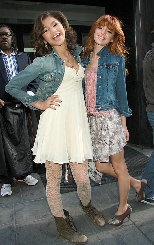 Zendaya s kamarádskou ze seriálu Na parket! Bellou Thorne v roce 2011