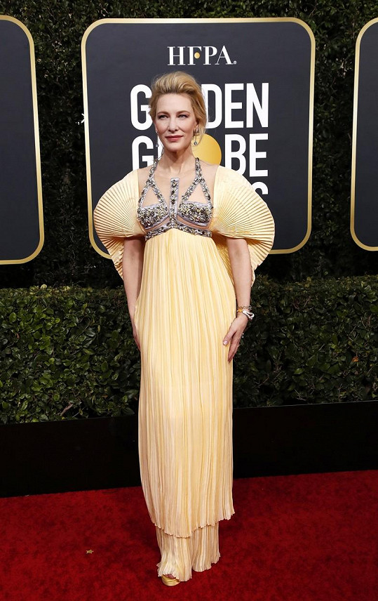 Cate Blanchett a model od Mary Katrantzou v roce 2020