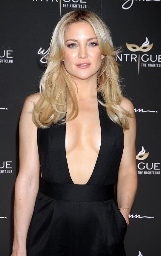 Kate Hudson vystavila svůj hrudník.