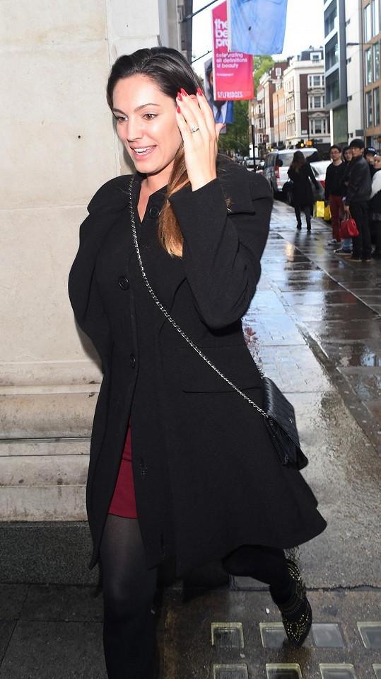 Chlubila se Kelly před dvěma týdny zásnubním prstenem, který si musela sama koupit?