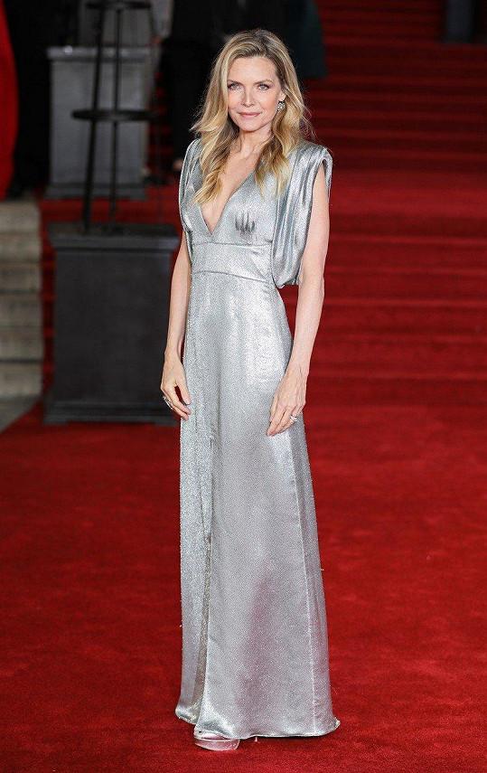 Michelle Pfeiffer vypadala na premiéře Vraždy v Orient expresu báječně.