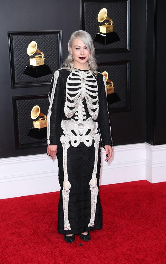 Čtyřikrát nominovaná písničkářka Phoebe Bridgers obrátila nejspíš špatný list v kalendáři. Vždyť Halloween bude až za sedm měsíců.