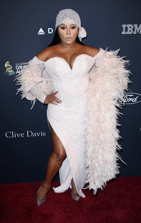 V šatech, které oblékla na večírek před Grammy, také hrálo hlavní roli poprsí.