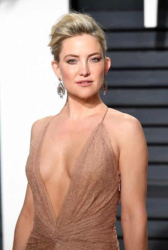 Líčení i šperky herečka barevně sladila s šaty.