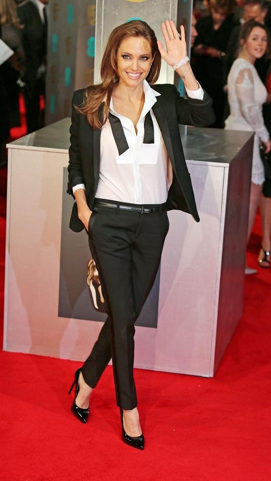 Nenechte se zmást. Angelina sice oblékla smoking Yves Saint Laurent, ženskost si však zajistila lakovanými lodičkami na vysokém podpatku a šperky Tiffany & Co.