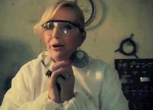 Zpěvačka si zahrála na vědkyni.