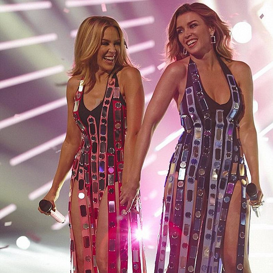 Dannii (vpravo) je také úspěšnou zpěvačkou, i když žije trochu v sestřině stínu.
