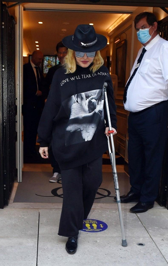 Poranila se při koncertu v Paříži.