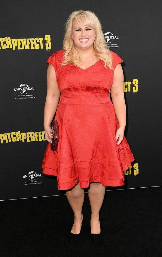 V rudých šatech přišla na premiéru filmu Ladíme 3.