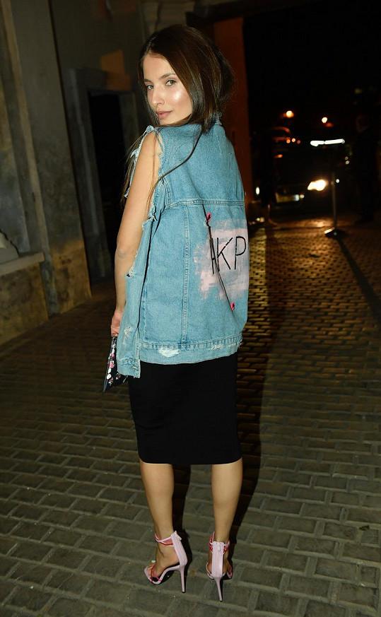 Saře Sandevě se podařilo v tomto outfitu od své dvorní návrhářky Hermine Khalaf Pogosyan parádně sladit ženskou eleganci a uhlazenost a dravost ulice.