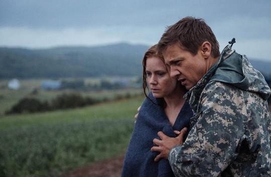 Amy a Jeremy ve filmu Příchozí, který dorazí do kin v listopadu.