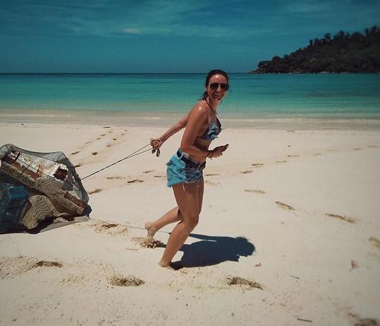 Veronika Arichteva místo odpočinku na pláži dala přednost úklidu odpadků.