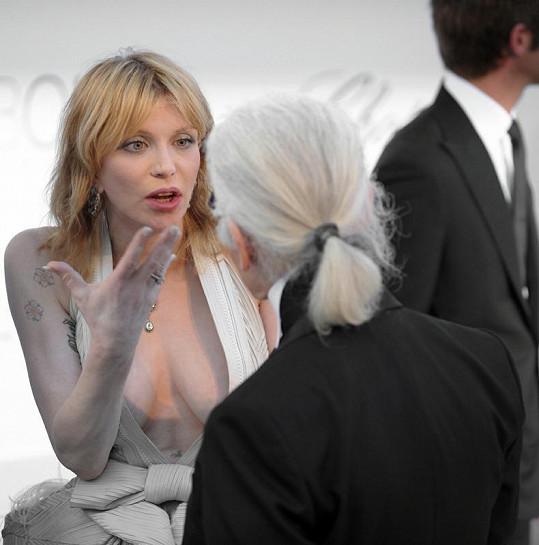 Rockerka zanícená do rozhovoru se známým módním návrhářem.