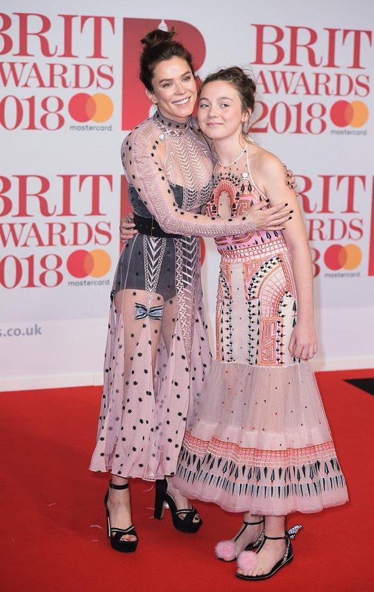 Anna Friel vyrazila na Brit Awards s 12letou dcerou Gracií.