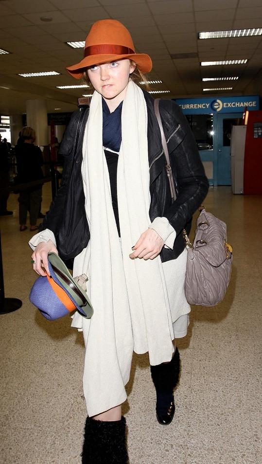 Lily Cole na letišti v Los Angeles.