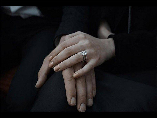 Herečka od zpěváka dostala diamantový prsten.