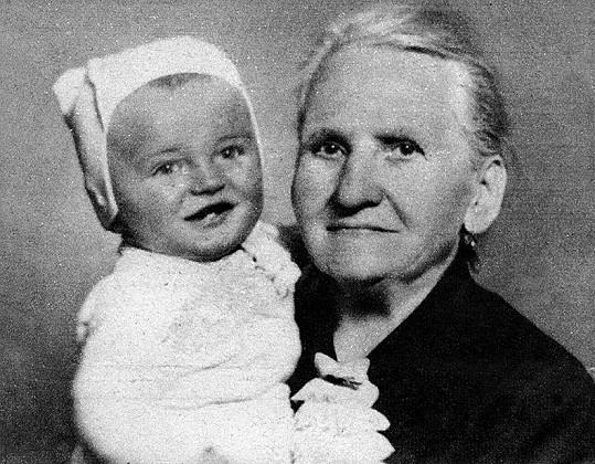 Karel Gott v náruči své babičky.
