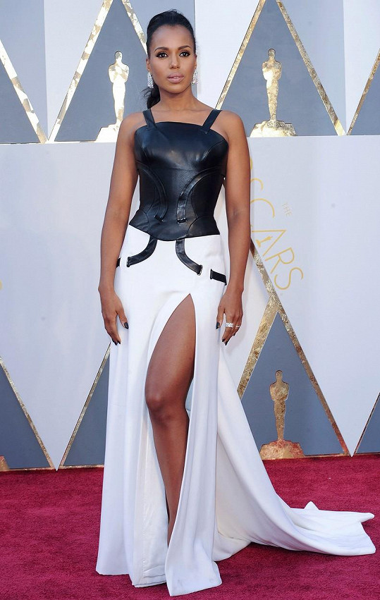 Udílení filmových cen si Kerry Washington nejspíš popletla s gladiátorskými zápasy, když oblékla tento model od Versaceho.