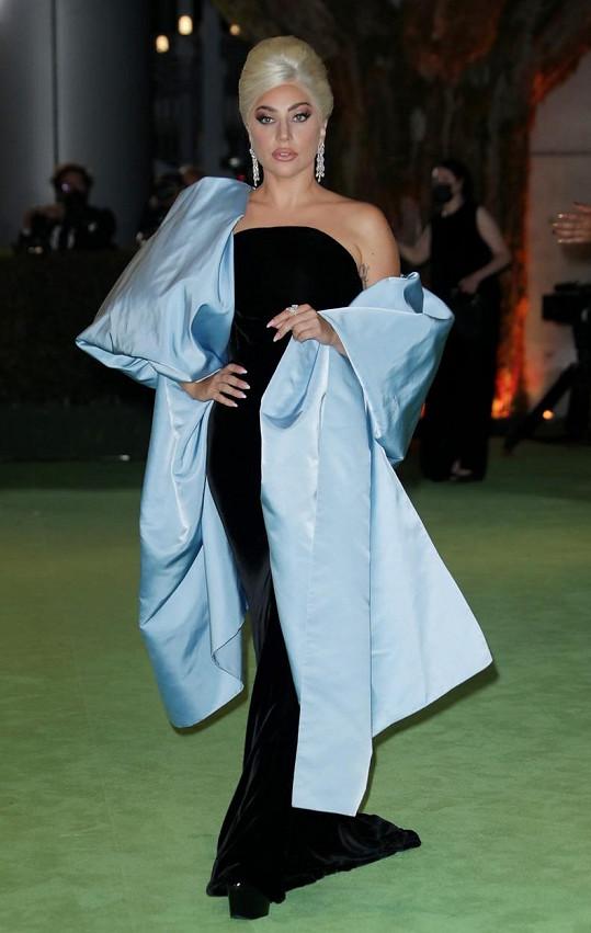 Lady Gaga dorazila na galavečer v prudce elegantním modelu.