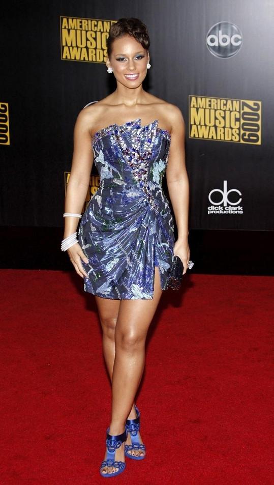 Alicia Keys mívala dlouhé vlasy, které si motala do různých copánků a drdolů.