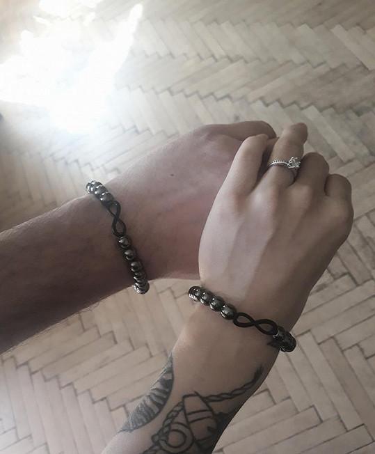 Dykova přítelkyně se pochlubila prstýnkem.