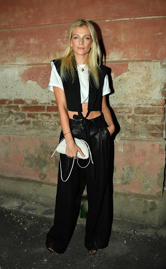 Zuzka Stráská zabrousila do aktuální Studio kolekce H&M, kde si vybrala blůzu s vycpávkami jakoby střiženými laserem. Tento designový kousek sladila s kalhotami od Ivany Mentlové. Vše pak doplnila kabelkou Bottega Veneta.