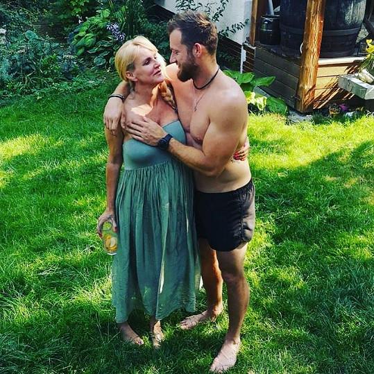 Vendula Pizingerová má o šestnáct let mladšího manžela.