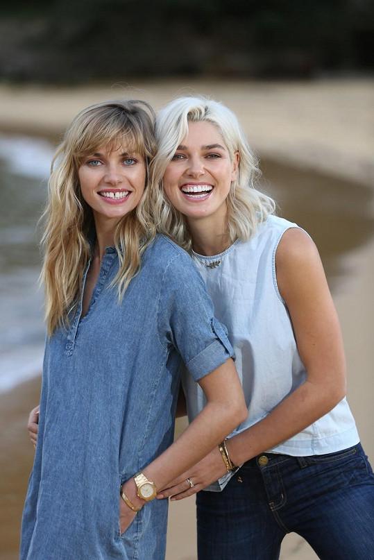 Se svou slavnější sestrou Jessicou Hart (vlevo)