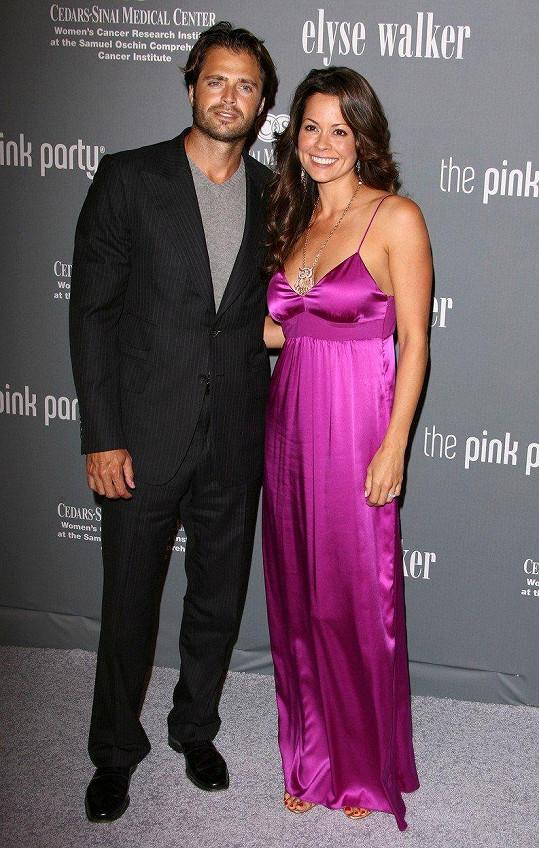Burke se rozvádí s hercem Davidem Charvetem.