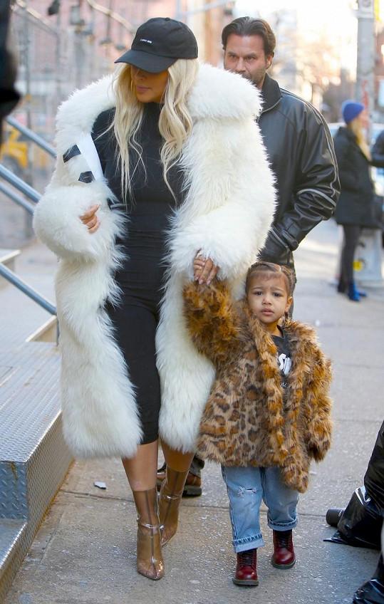 Steve Stanulis (v pozadí) přišel o práci bodyguarda Kim Kardashian.