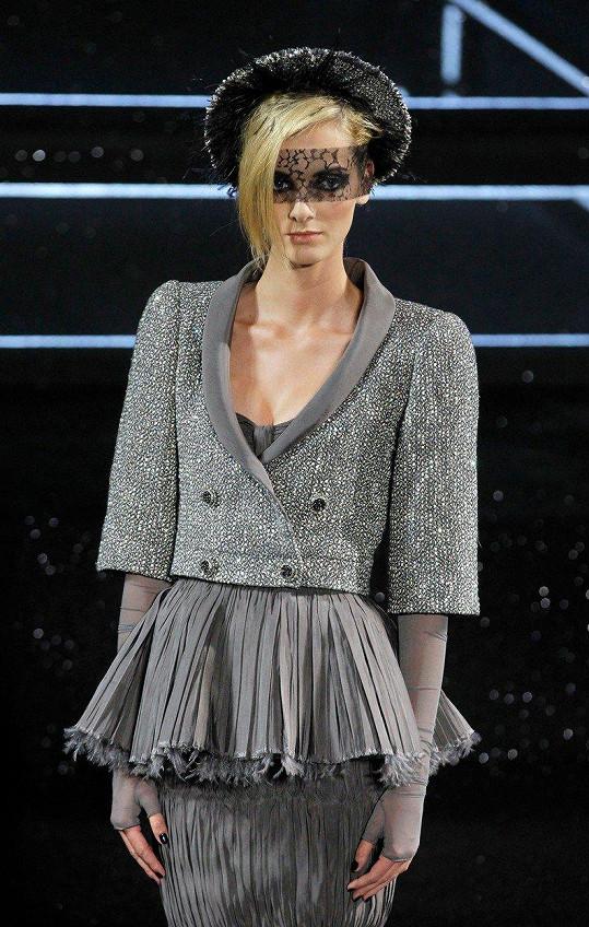 Denisa Dvořáková na přehlídce návrháře Karla Lagerfelda, který si Denisu velmi oblíbil.