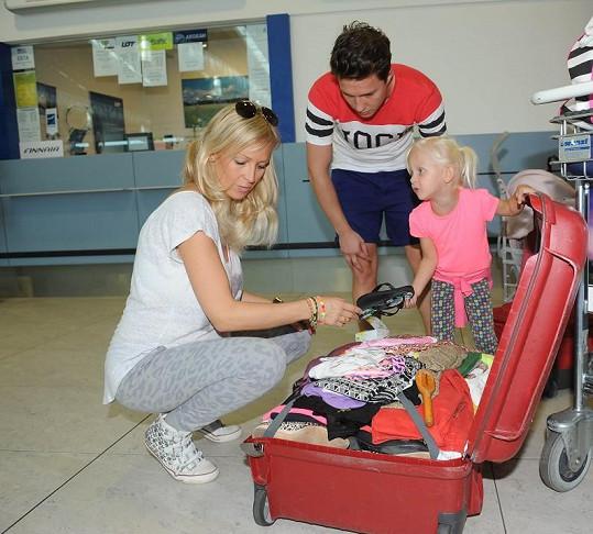 Zuzana Belohorcová s dcerou Salmou a kamarádem na letišti